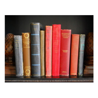Libros clásicos en un estante postal