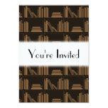 Libros de Brown oscuro en estante Comunicado