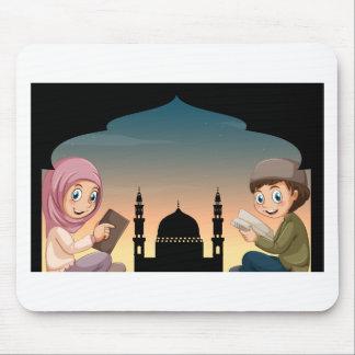 Libros de lectura musulmanes del muchacho y del tapetes de ratón