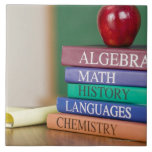 Libros de texto y una manzana 2 azulejo cuadrado grande