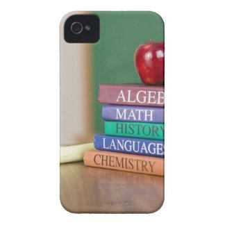 Libros de texto y una manzana 2 iPhone 4 protector