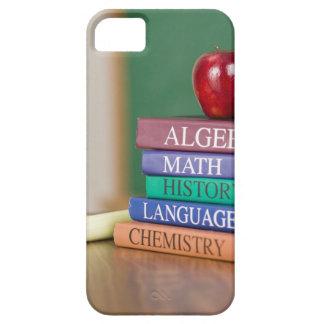 Libros de texto y una manzana 2 iPhone 5 funda