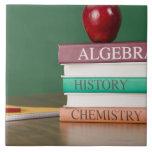 Libros de texto y una manzana azulejo cuadrado grande