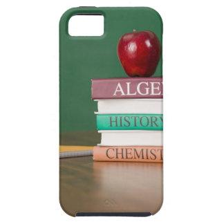 Libros de texto y una manzana iPhone 5 fundas
