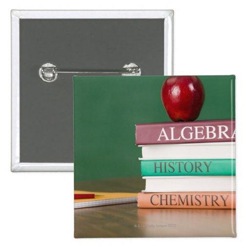 Libros de texto y una manzana pin cuadrada 5 cm