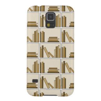 Libros del color de Brown y del moreno en estante Carcasas De Galaxy S5