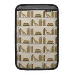 Libros del color de Brown y del moreno en estante Funda Para Macbook Air
