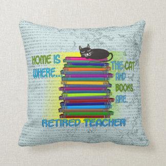 Libros del profesor y almohada jubilados del gato