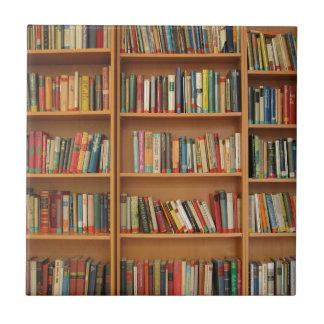 Libros en el estante azulejo cuadrado pequeño