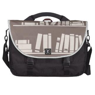 Libros en el estante para leer el amante o al sabe bolsas de portátil