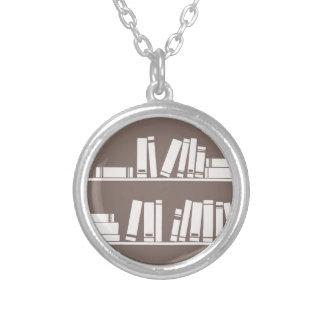 Libros en el estante para leer el amante o al sabe colgantes personalizados