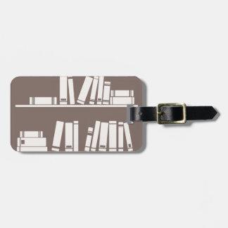 Libros en el estante para leer el amante o al sabe etiqueta para maleta