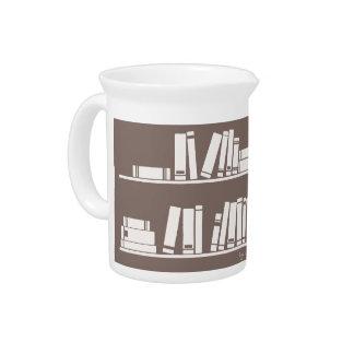 Libros en el estante para leer el amante o al sabe jarra de beber