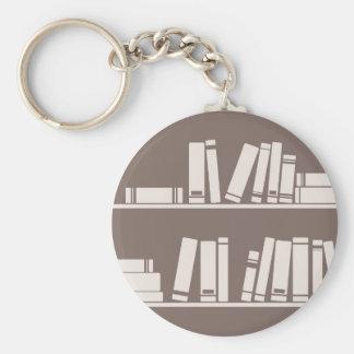 Libros en el estante para leer el amante o al sabe llavero redondo tipo pin