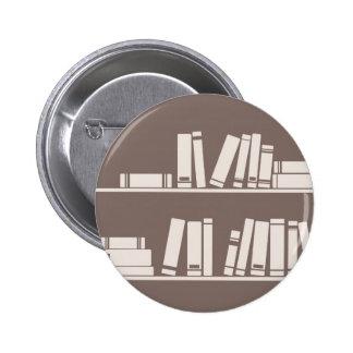 Libros en el estante para leer el amante o al sabe pin redondo de 2 pulgadas