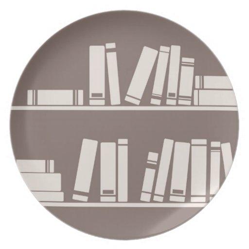 Libros en el estante para leer el amante o al sabe plato de cena