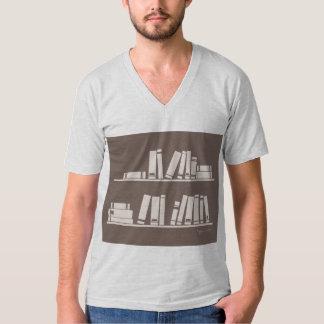 Libros en el estante para leer el amante o al sabe playeras