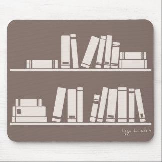 Libros en el estante para leer el amante o al sabe tapete de ratón