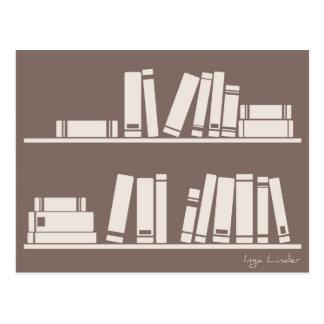 Libros en el estante para leer el amante o al tarjeta postal