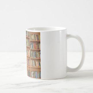 Libros en el estante taza