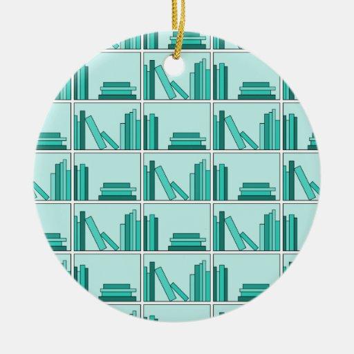 Libros en estante. Diseño en trullo y Aqua. Adorno Redondo De Cerámica