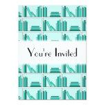 Libros en estante. Diseño en trullo y Aqua. Invitación 12,7 X 17,8 Cm