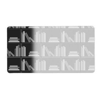 Libros en estante. Gris, blanco y negro. Etiqueta De Envío
