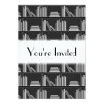 Libros en estante. Gris, blanco y negro. Invitación 12,7 X 17,8 Cm