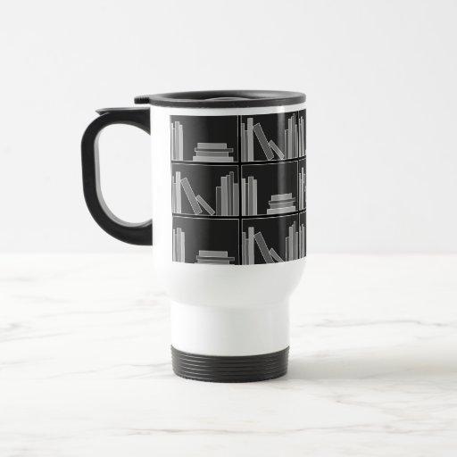 Libros en estante. Gris, blanco y negro. Taza Térmica