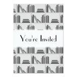 Libros en estante. Monocromático Invitación 12,7 X 17,8 Cm