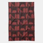 Libros en estante. Rojo oscuro. Toallas