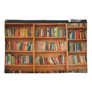 Libros en fondo del estante