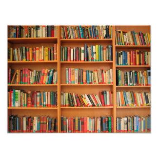Libros en fondo del estante fotografía