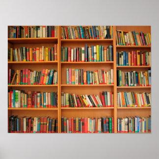 Libros en fondo del estante póster