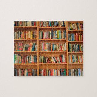 Libros en fondo del estante puzzle con fotos