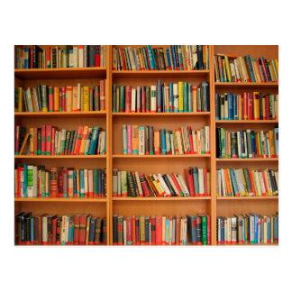 Libros en fondo del estante tarjetas postales
