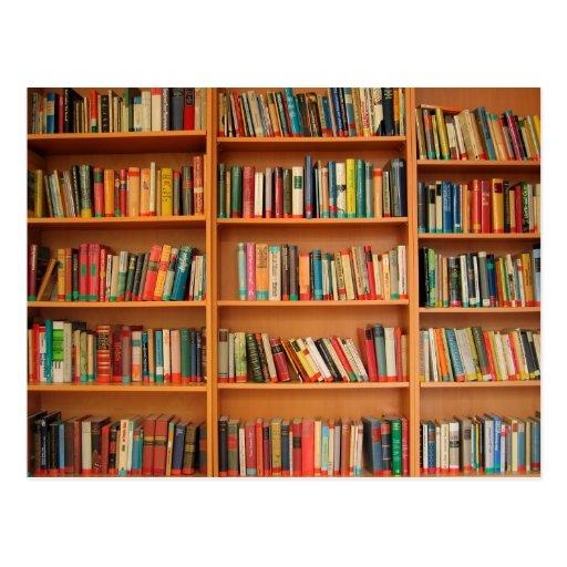 Libros en fondo del estante tarjeta postal