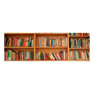 Libros en fondo del estante tarjetas de visita mini