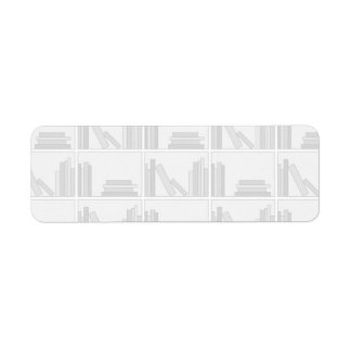Libros grises pálidos en estante etiqueta de remite