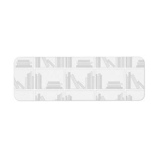 Libros grises pálidos en estante etiquetas de remite
