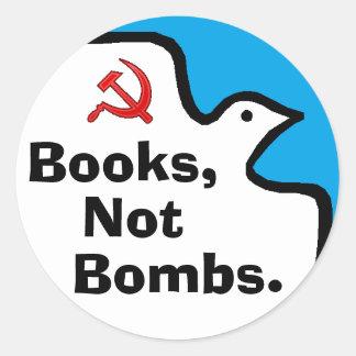 """""""Libros, no bombas."""" Pegatinas Pegatina Redonda"""