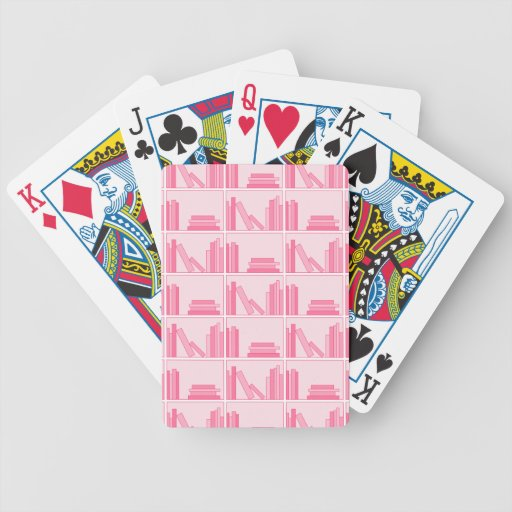 Libros rosados en estante baraja de cartas