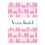 Libros rosados en estante invitación