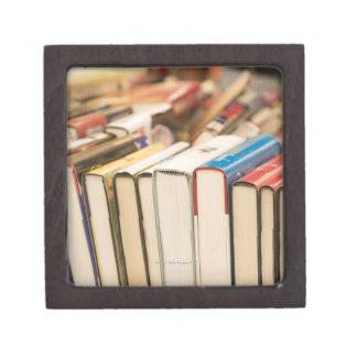 Libros usados en una venta de búsqueda cajas de regalo de calidad