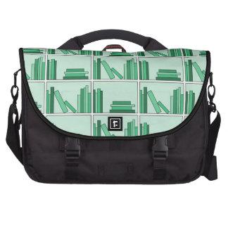 Libros verdes en estante bolsas para portatil