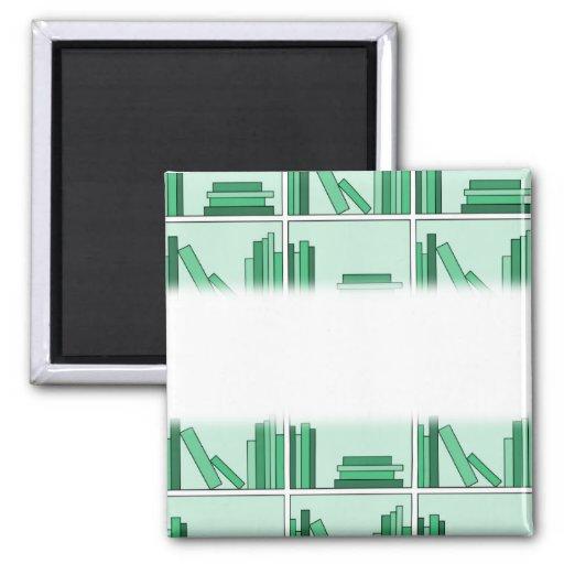 Libros verdes en estante imanes de nevera