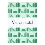 Libros verdes en estante invitación 12,7 x 17,8 cm