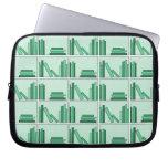 Libros verdes en estante manga computadora