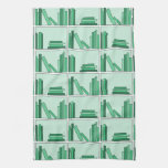 Libros verdes en estante toallas