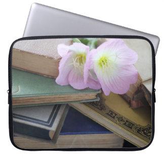Libros viejos con las primaveras funda computadora